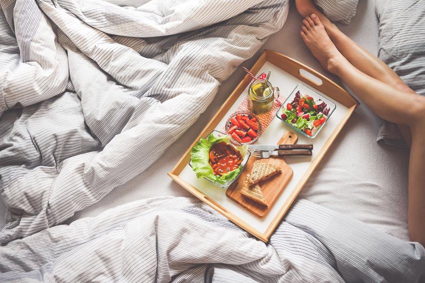 Jedzenie w łóżku na materacu